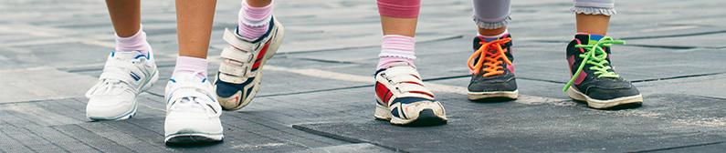bandeau s'inscrire s-team junior - zoom sur des pieds prêts pour une course